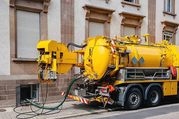 sewerage truck on street working - smering stockfoto's en -beelden
