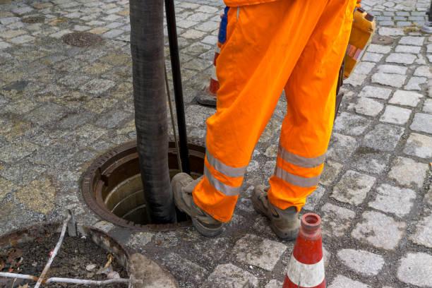 kanalisation-arbeiter - kanalisationsabflüsse stock-fotos und bilder
