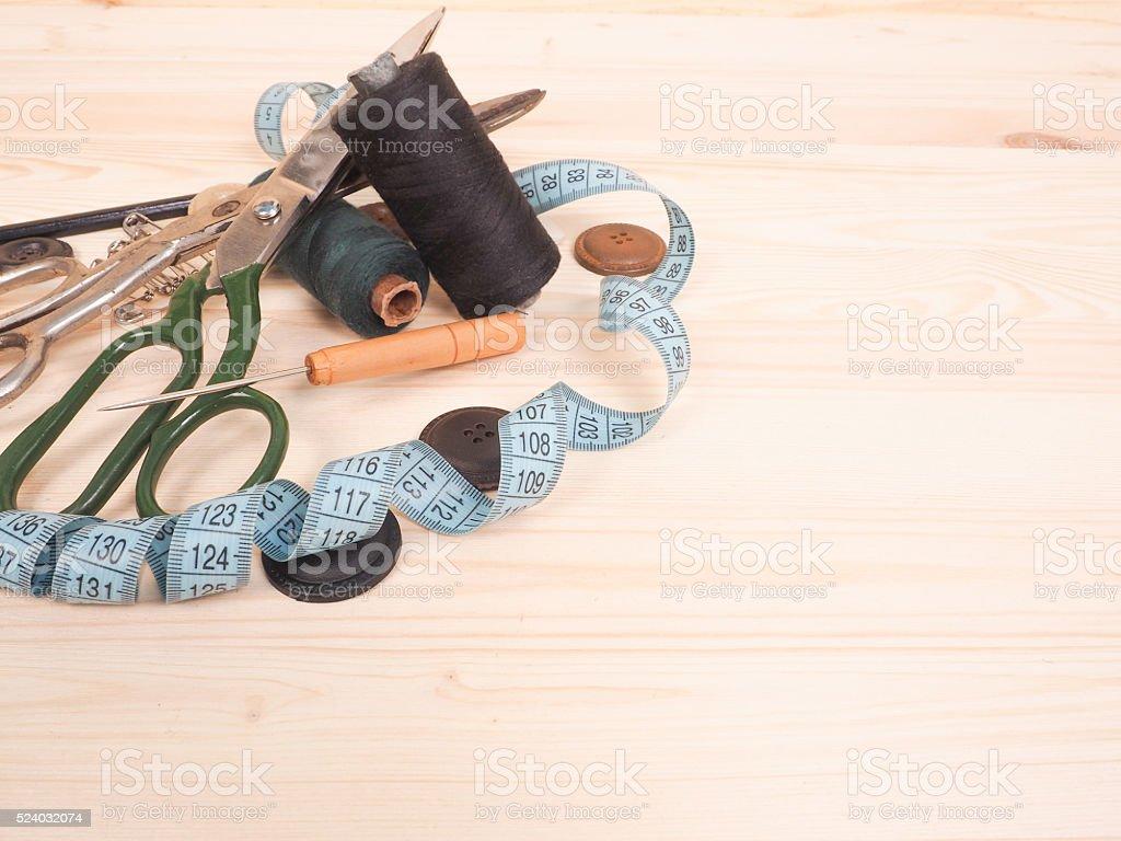 Nähen Accessoires In Einem Holzhintergrund Nähenkonzept Stock
