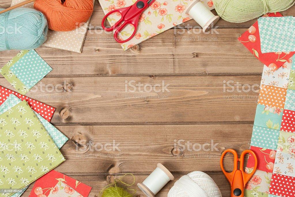 Costura e tricô acessórios. Tecido, fio de bolas. Tabl de madeira - foto de acervo