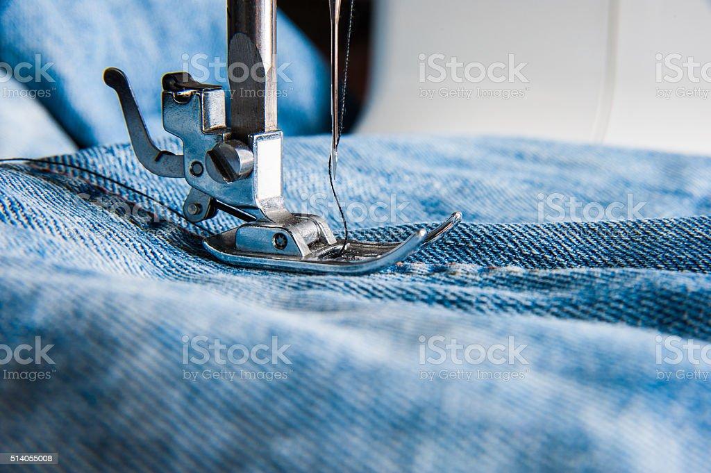 Nähmaschine und blaue Jeans Stoff. – Foto