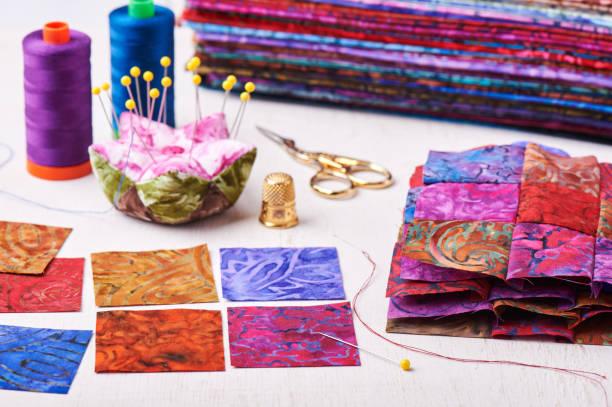 quilt nähen patchwork-blöcke zu bunten batik - patchworkstoffe stock-fotos und bilder