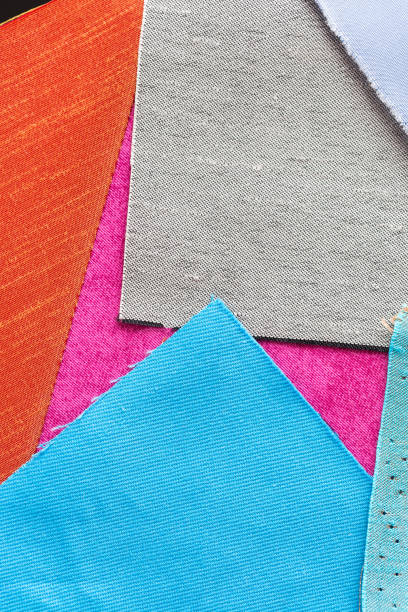 nähen, quilten, schneiderei und modekonzept - schöne farbige patchwork stoff, rot, blau, lila klappen, fetzen textil am workshop, flach legen, top view, vertikal - patchworkstoffe stock-fotos und bilder