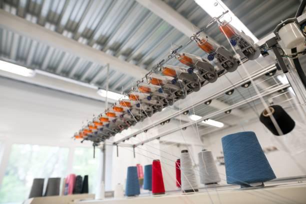 Nähfadenspulen auf der Maschine – Foto