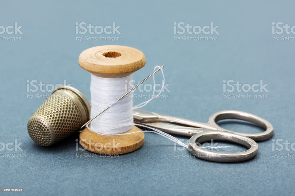 Tesoura, agulha, dedal e linhas para costurar - foto de acervo