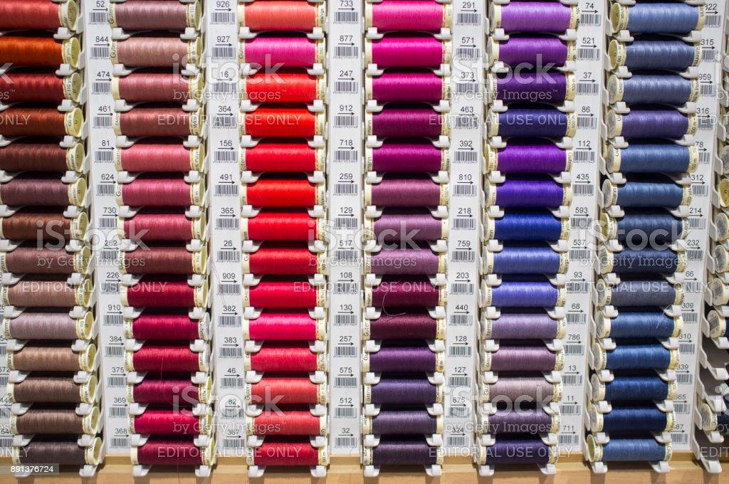 Nähgarn Spulen auf einem Marktstand – Foto