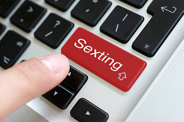 sexting button on laptop - a procura de amor - fotografias e filmes do acervo
