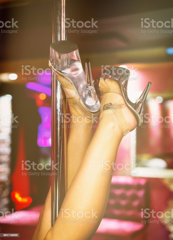 Sexual mujer realizar striptease en discoteca. - foto de stock