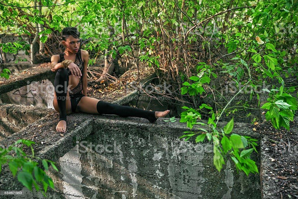 Sexy mulher sentada na Amazônia ruínas da floresta absorvida cidade - foto de acervo