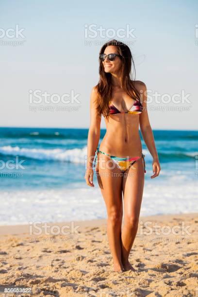Sexy Und Schöne Frau Posiert Im Bikini Stockfoto und mehr Bilder von Aktiver Lebensstil