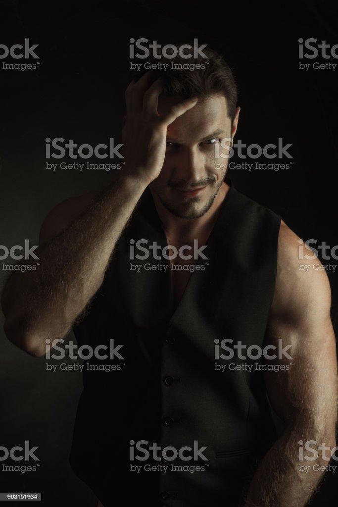 立っているセクシーで裸の筋肉若い男 - 1人のロイヤリティフリーストックフォト
