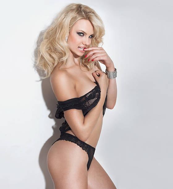 bella donna in lingerie sexy - donna seducente foto e immagini stock