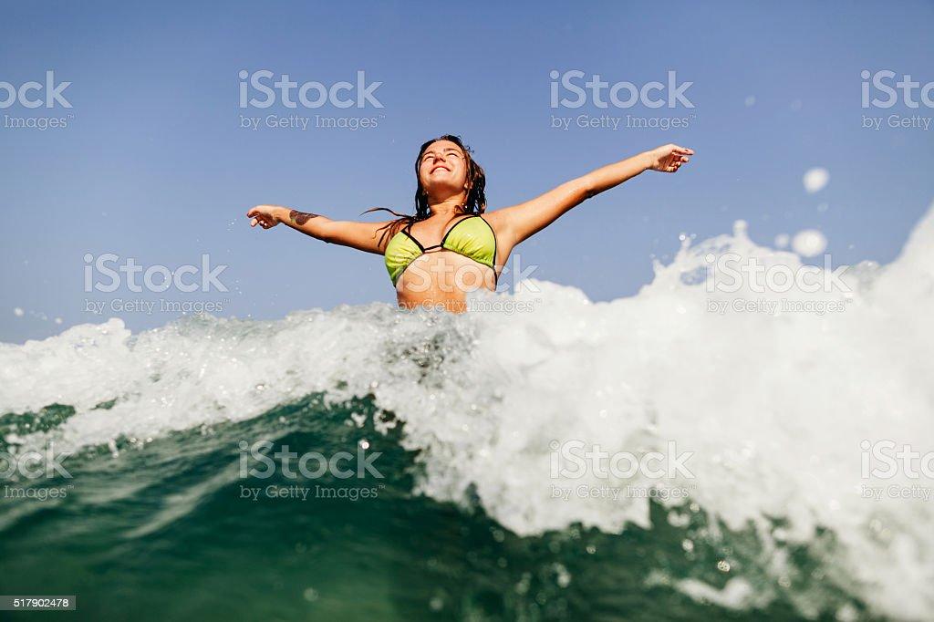 sexy bikini-Mädchen Schwimmen Wellen planschen – Foto