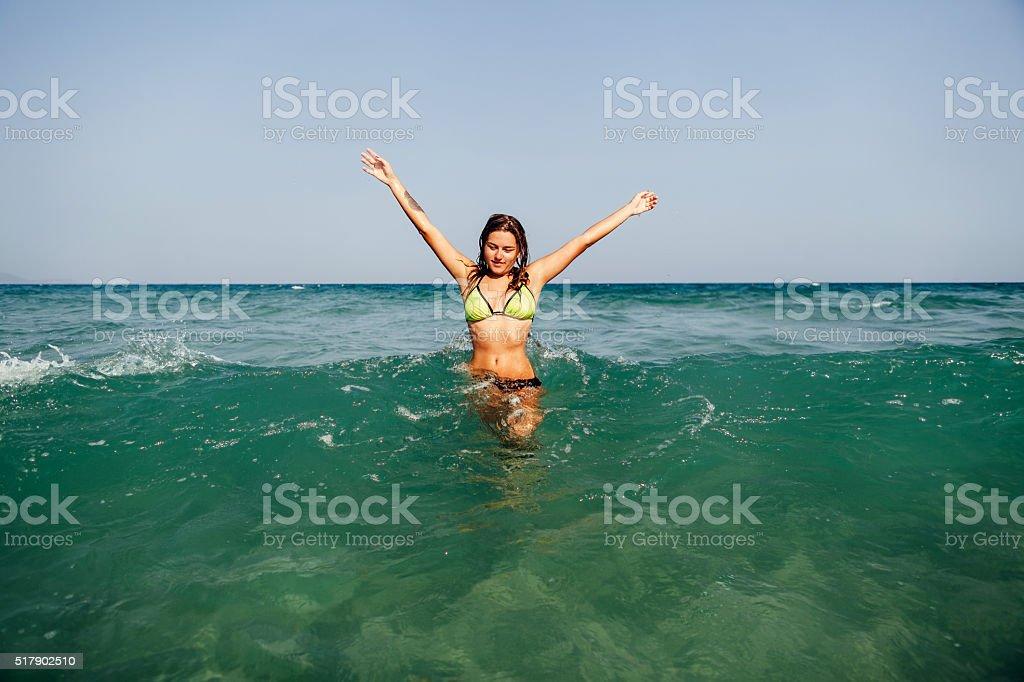 Сексуальная девушка плавать