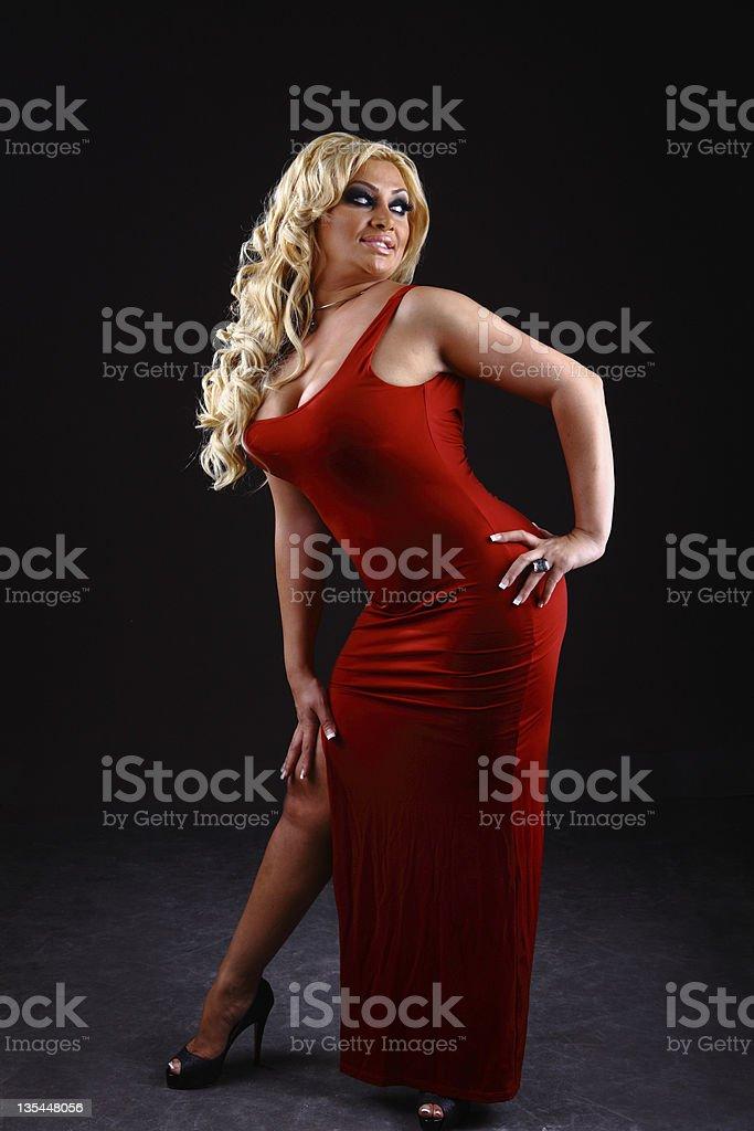 640618cf92bf Sexy bionda mette in posa in un abito rosso Formosa foto stock royalty-free