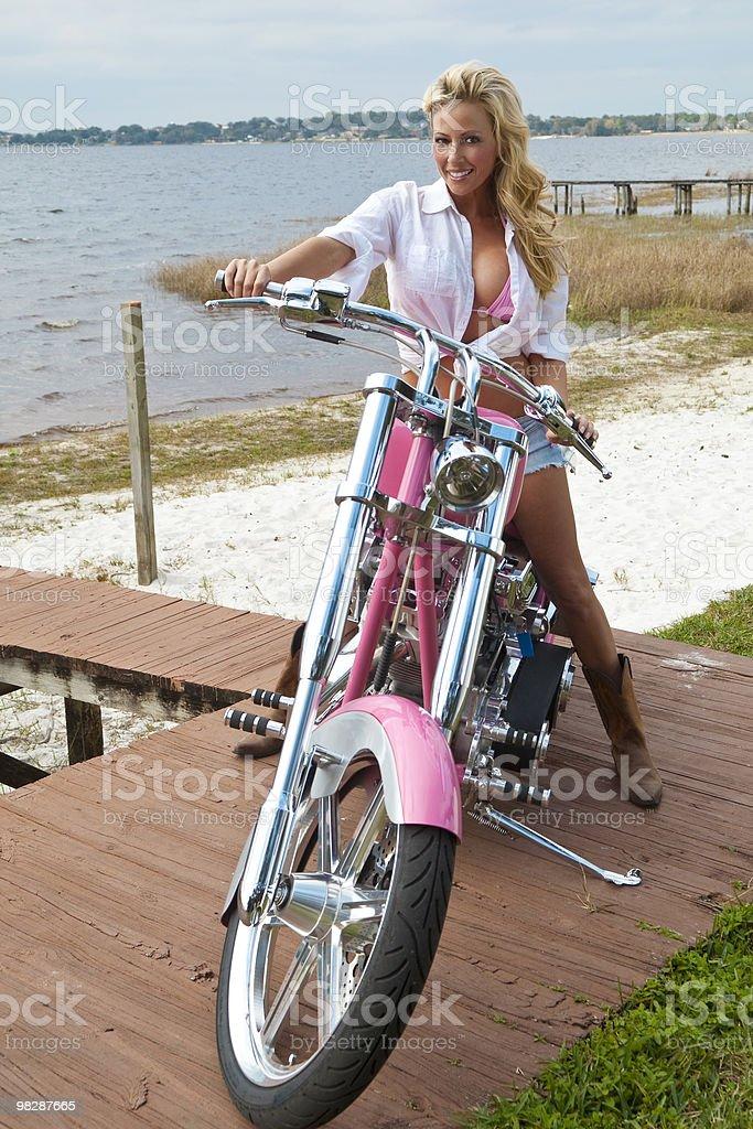 Capelli biondi donna Sexy In Bikini e cortocircuiti su una motocicletta Chopper foto stock royalty-free