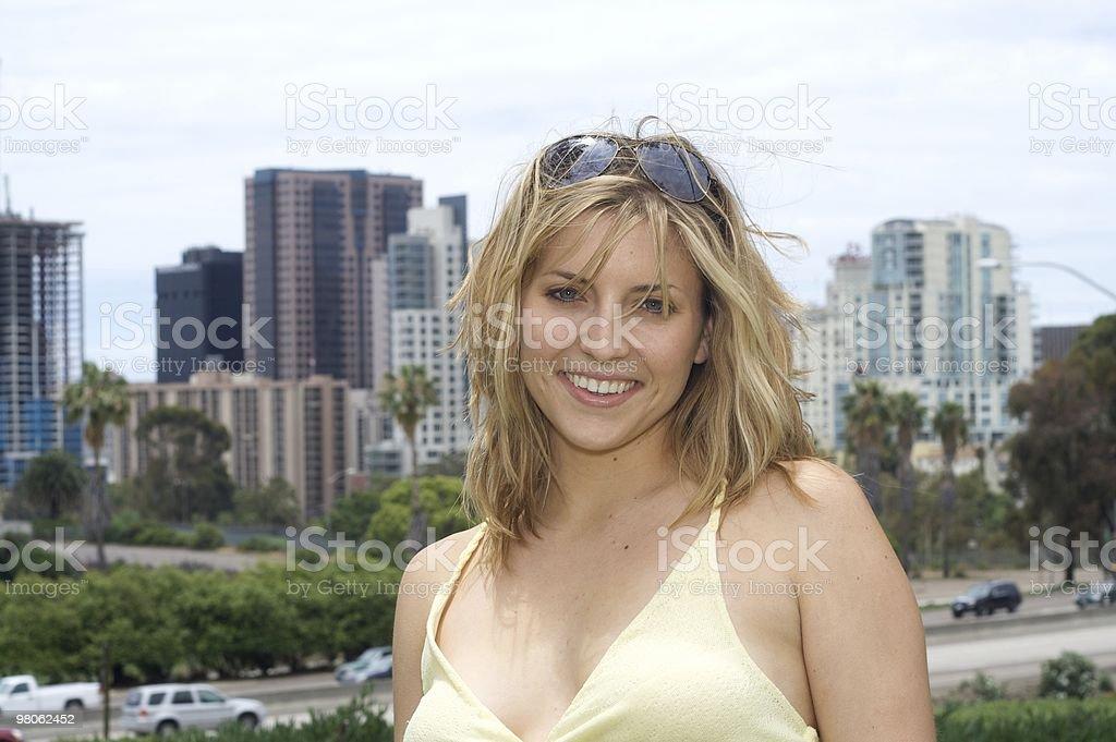 Sexy donna bionda mette davanti città e Freeway foto stock royalty-free