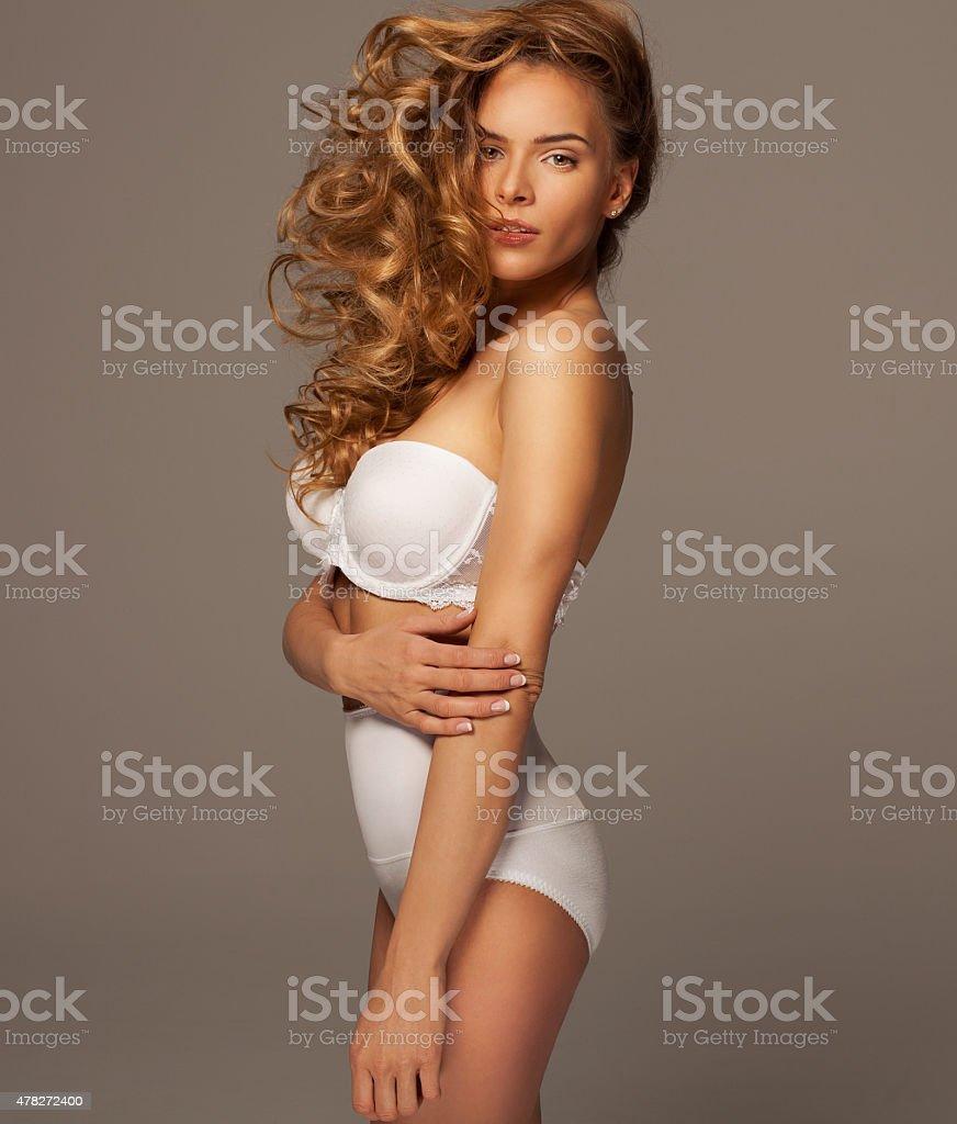 2bf621b01a Sexy Donna Bionda In Lingerie Bianca Posa - Fotografie stock e altre ...