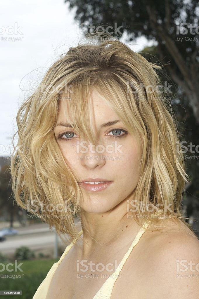 색시한 금발 여자, 헝클어진 헤어 royalty-free 스톡 사진