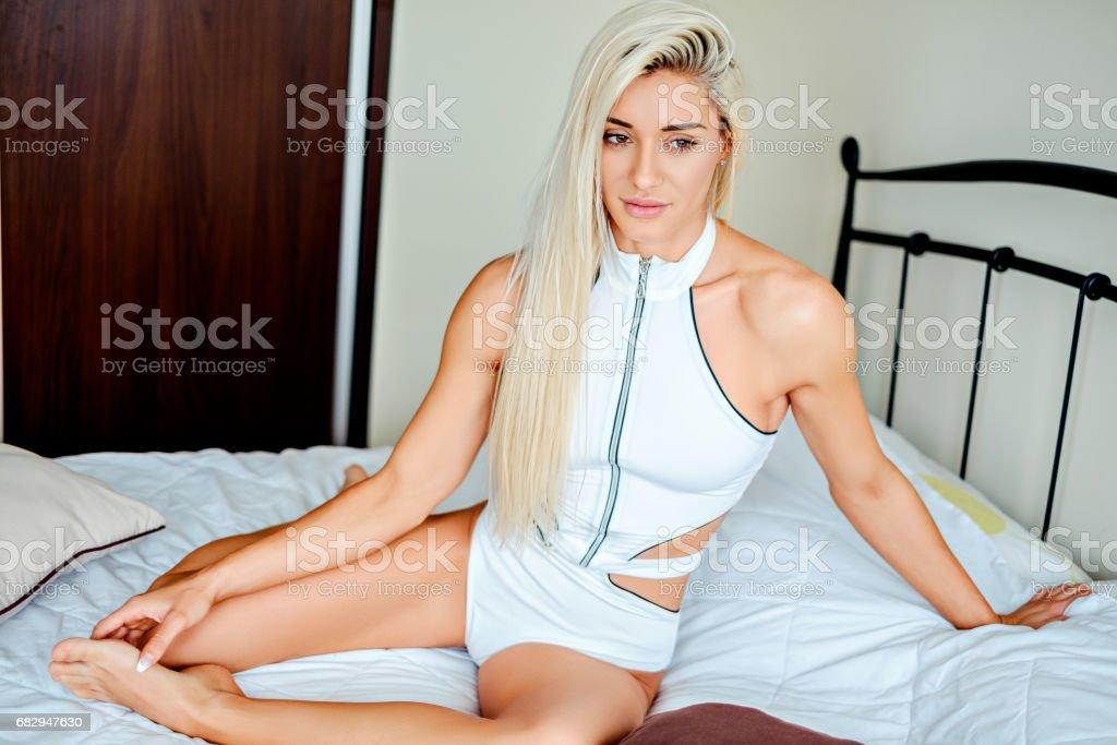 Sexy chica rubia sentada en lo malo y pensar foto de stock libre de derechos