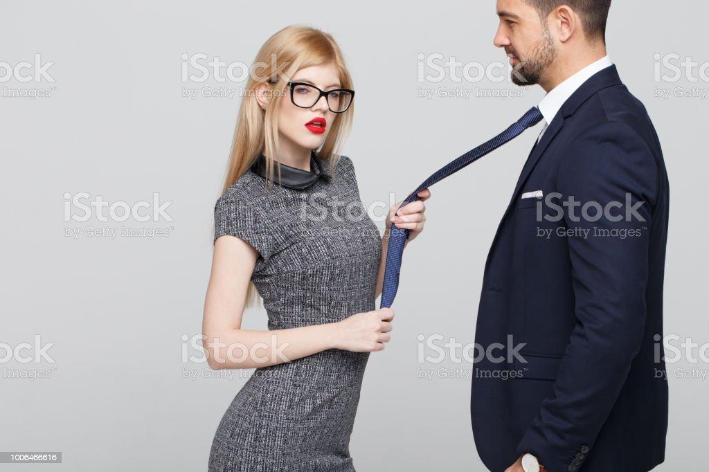 Femme En Cravate femme sexy blonde manipulateur tirant homme en cravate – photos et