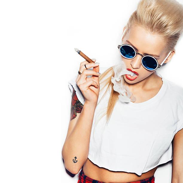 sexy blonde frau raucht zigarre sonnenbrillen - lausbub tattoo stock-fotos und bilder