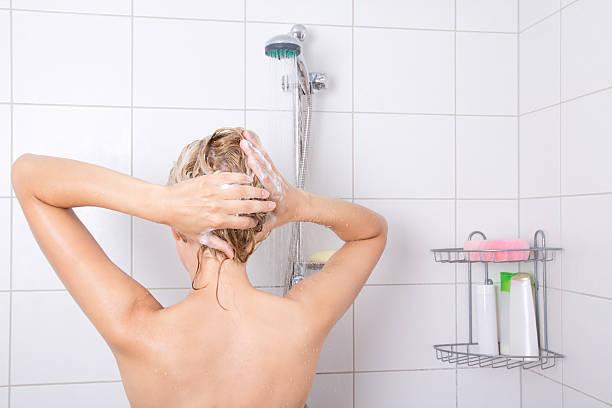 sexy blondie woman lavarse el cabello - mujer en la ducha fotografías e imágenes de stock