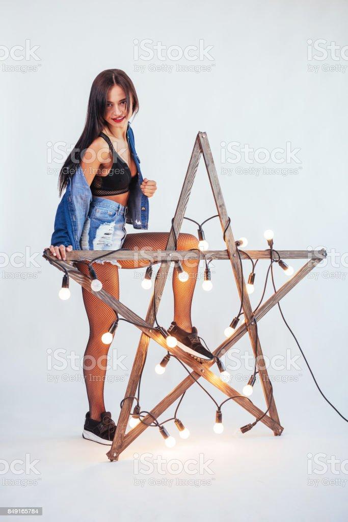 Mulher morena sexy em um belo jeans no estúdio - foto de acervo