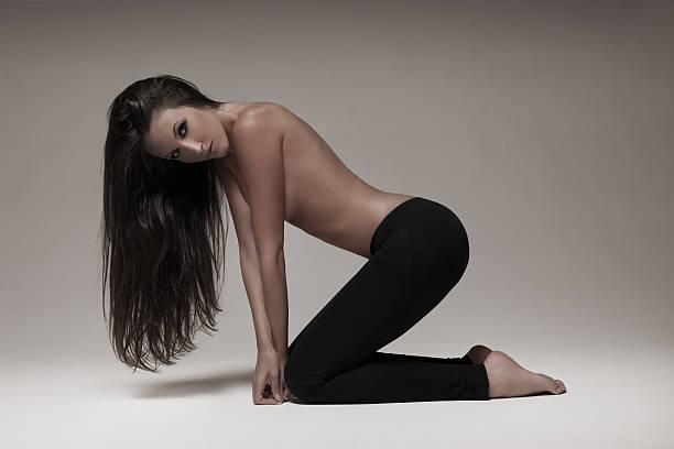 sexy brünette frau mit schwarzen leggins - enganliegende jeans outfits stock-fotos und bilder