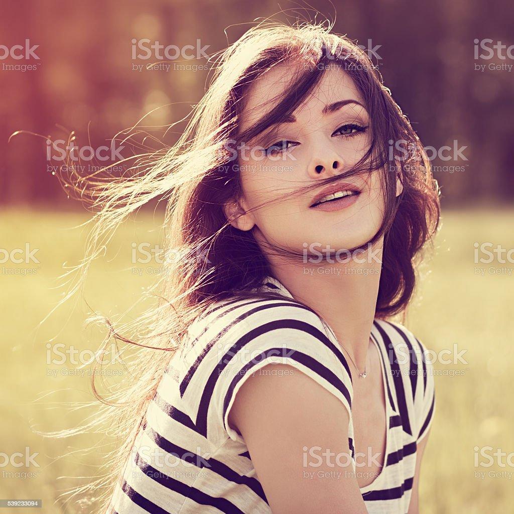 Sensual mujer morena con pelo largo que en la naturaleza salvaje foto de stock libre de derechos