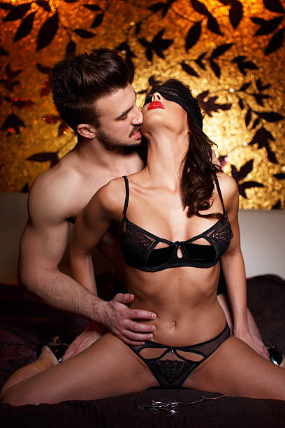 foreplay couple sexy sur le lit en soirée - sm photos et images de collection