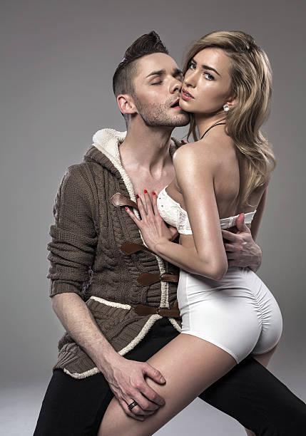 sexy paar, umarmen und küssen einander - hipster unterwäsche stock-fotos und bilder