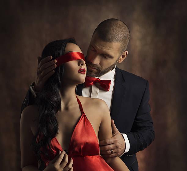 sexy couple love kiss, fashion man kissing sensual woman, blindfold - schwarze romantik stock-fotos und bilder