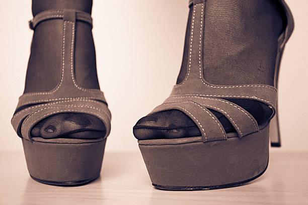 sexy füße - nails stiletto stock-fotos und bilder