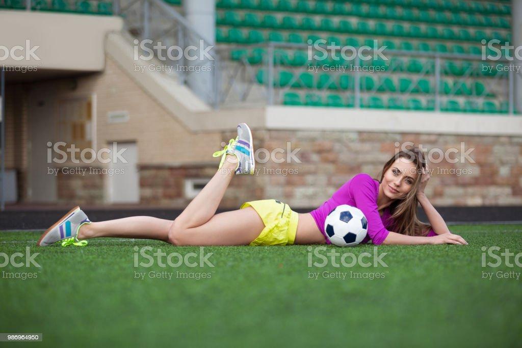 8f3a1a354240d Sexy Fitnessfrau Oder Cheerleader Mit Einem Fußball Stockfoto und ...