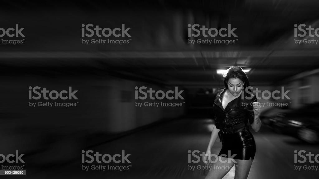 Sexy Girl in Parking Garage - Zbiór zdjęć royalty-free (20-29 lat)