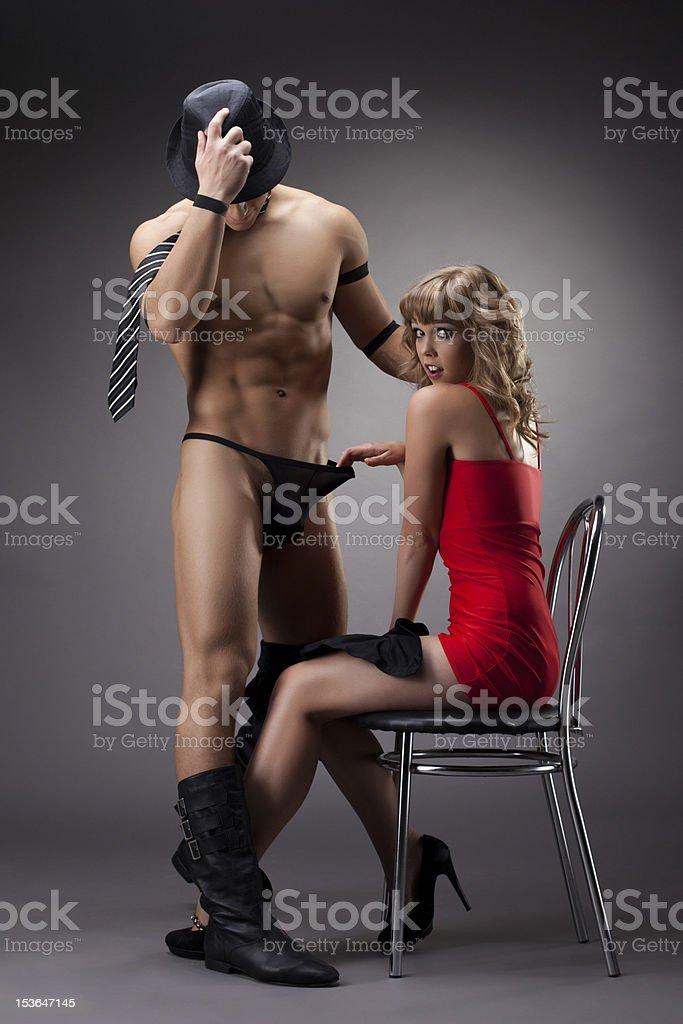 sexy Mädchen in Rot striptease Mann spielen mit – Foto