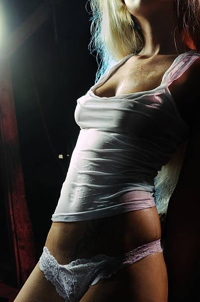 Sexy Mädchen in nassen T-shirt – Foto