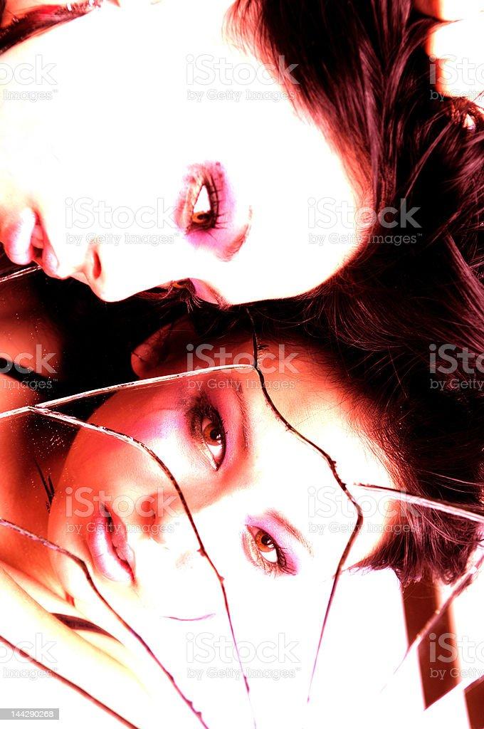 sexy Mädchen Blick in einen zerbrochenen Spiegel – Foto