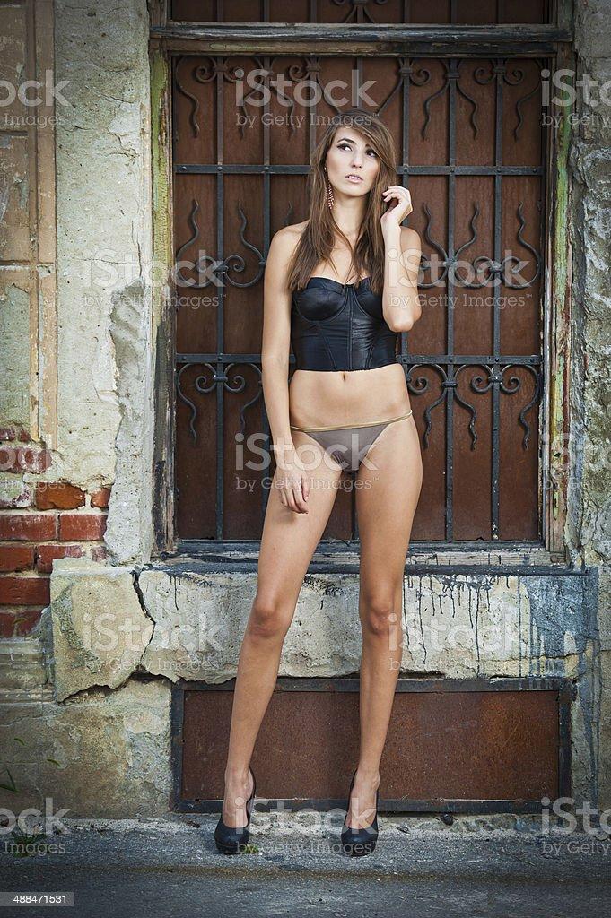 Sexy Mädchen posieren modischen in der Nähe von rotem Backstein-Mauer, urban Aufnahme – Foto