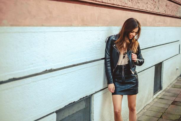 Chica sonriente y apoyado en la pared - foto de stock