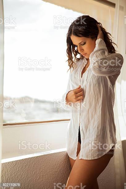 Mädchen, die ihre Kleider ausziehen