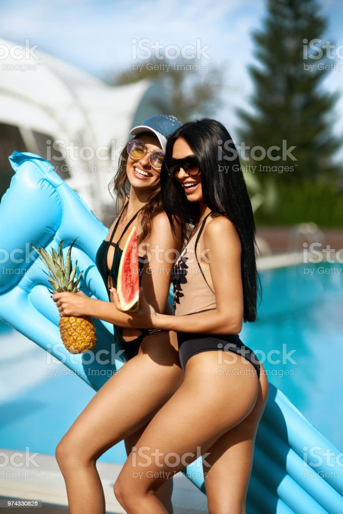 Chicas Sexy En Trajes De Baño Que Se Divierten En Verano