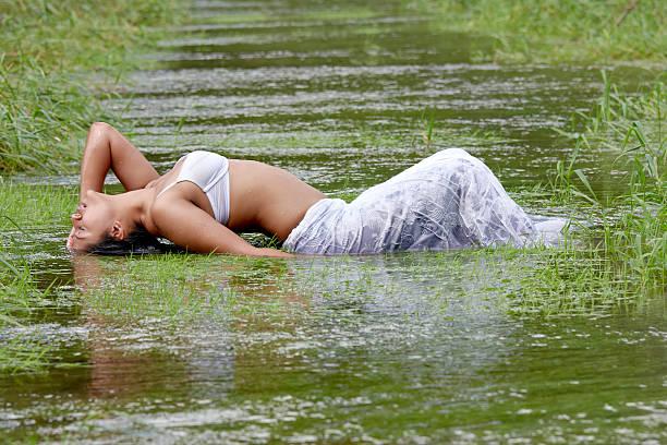 sexy indische Frau im Wasser – Foto