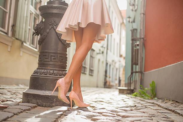 sexy frau mit schönen beinen zu fuß in die altstadt - damen rock pink stock-fotos und bilder