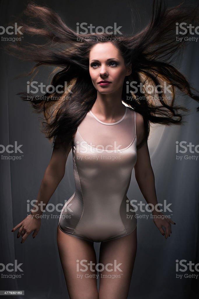 Sensual dama con pelo saludar con la mano - foto de stock