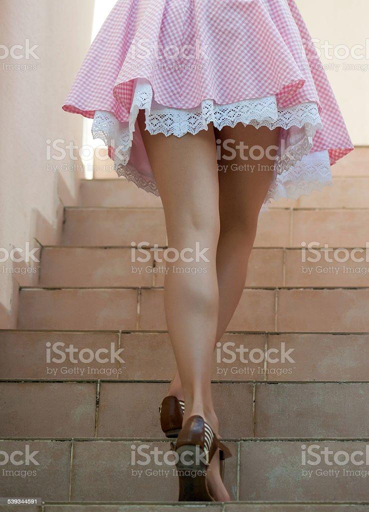 На лестнице в юбке фото — img 12