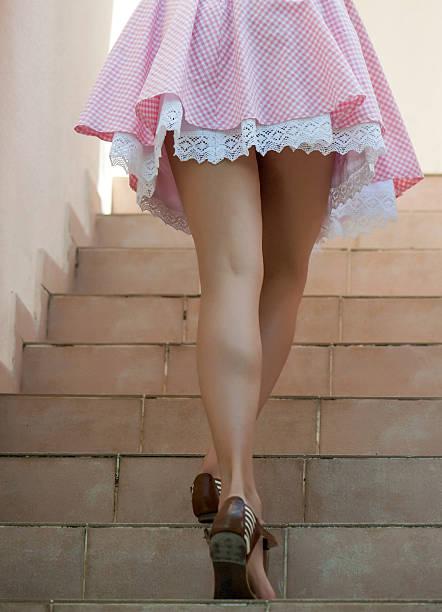 sexy beine von einer frau, die klettert treppe - damen rock pink stock-fotos und bilder