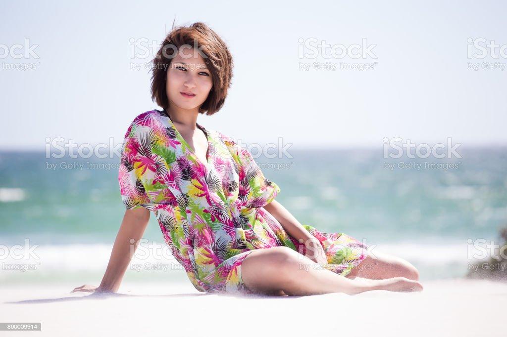 Mixed Race Sexy Walking Girl Posing Couché sur une plage du Cap Sud-8471