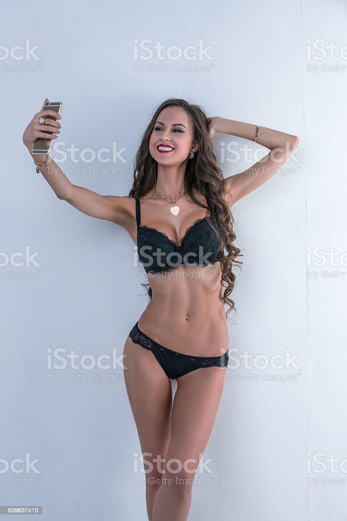 Sexy Modell in der Unterwäsche tun selfie auf dem Smartphone – Foto